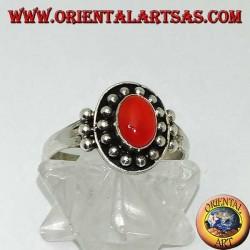 Anillo de plata cornalina cabujón oval en una corona de bola de alto relieve