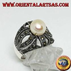 Silberring mit natürlicher Perle auf einem durchbrochenen Kreuzrahmen mit Markasit besetzt
