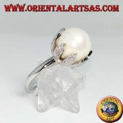 Silberring mit riesiger natürlicher Perle in den Blütenblättern einer Blume