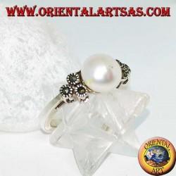 Anello in argento con perla naturale e triplo cerchietto con marcassite sui lati