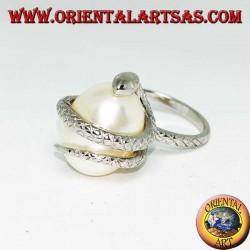 Silberring mit weißer eiförmiger Perle, eingewickelt in eine Schlange