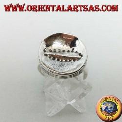 Гладкое вогнутое круглое серебряное кольцо с горизонтальным вырезом