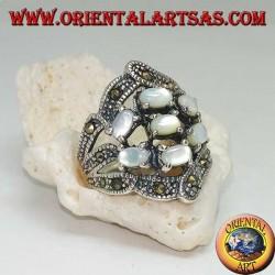 Anello in argento con sette madreperla ovali incastonati e marcassite