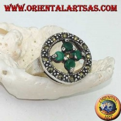 Round silver ring with a cross of 4 round emeralds set