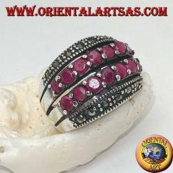 Anillo de plata con una banda redondeada con dos hileras de rubíes entre dos hileras de marcasitas