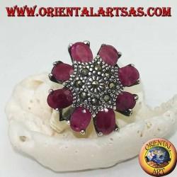 Silberner achteckiger Blütenring mit mit Markasit besetztem Stempel und ovalen Rubinblättern