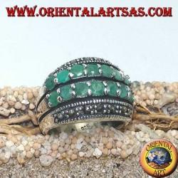 Silberring mit einem abgerundeten Band mit zwei Smaragdreihen zwischen zwei Markasitreihen