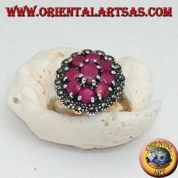 Silberring mit ovalem Naturrubin, umgeben von 8 Rubinen und Markasiten