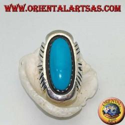 Anello in argento con turchese ovale allungato su montatura liscia righettata sui lati