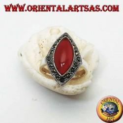 Anello in argento romboidale con corniola a navetta contornate da una fila di marcassite