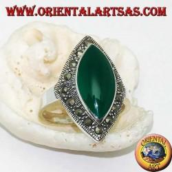 Bague en argent rhomboïdal avec agate navette verte entourée d'une rangée de marcassite