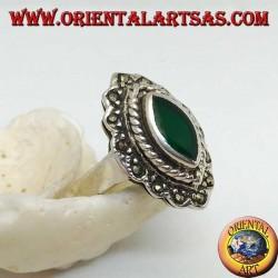 Anello in argento con agata verde a navetta contornata da treccia e una fila di marcassite