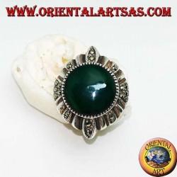 Anello in argento con agata verde tonda contornata da righe d'argento e marcasite alternate