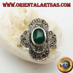 Anello in argento con agata verde ovale su montatura tondeggiante tempestata di marcassite