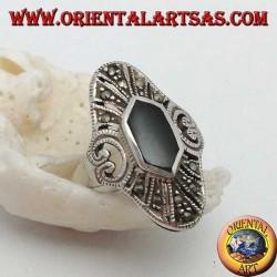 Эллиптическое серебряное кольцо с гексагональным ониксом и марказитом и перфорированным сердцем по бокам