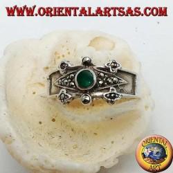 Anello in argento con agata verde tonda su un rombo e decorazioni con marcassite