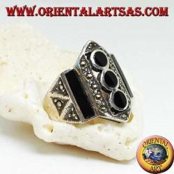 Серебряное кольцо с вертикальными рядами прямоугольного оникса и дискетами и марказитами
