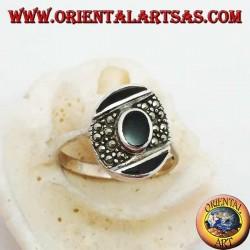 Ovaler Silberring mit zentralem Onyx auf einem schrägen Markasitband zwischen zwei Onyx