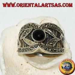 Серебряное широкополосное кольцо с круглым ониксом и рельефным декором с марказитом