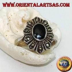 Silberner Blütenring mit ovalem Onyx und zehn Markasitblättern