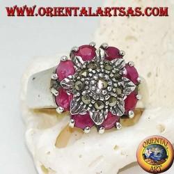 Anillo de flores de plata tachonado de marcasitas rodeado de rubíes naturales.