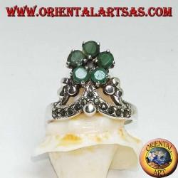Anillo de plata con corona de marcasita y en la parte superior una flor de 5 esmeraldas redondas naturales engastadas