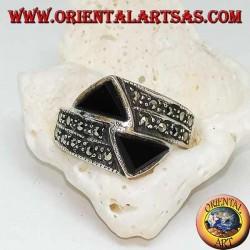 Anello in argento a fedina tempestata di marcasite con due triangoli di onice opposti