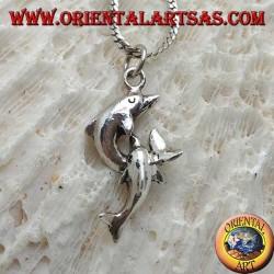 Ciondolo in argento, coppia di delfini intrecciati in salto