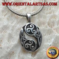 Pendentif en argent, deux triskell alternant avec des nœuds celtiques