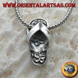 Ciondolo in argento a forma di infradito intarsiata