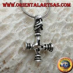 Ciondolo in argento, croce rovesciata con la testa del segugio infernale come gancio