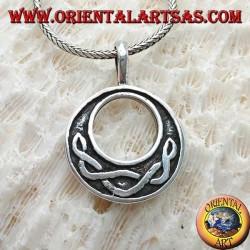 Ciondolo in argento, disco con nodo celtico tipico in bassorilievo