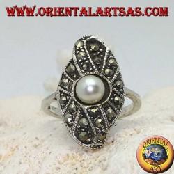 Silberring mit natürlicher Perle auf einer ovalen Fassung mit Markasit besetzt
