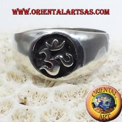 Anello OM argento a basso rilievo in argento