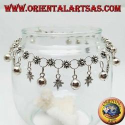 Cavigliera in argento con maglia a fiori e foglie di marjuana e campanelli pendenti alternati
