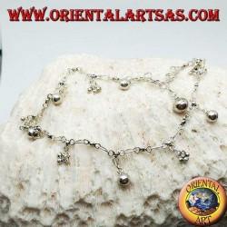 Cavigliera in argento con gruppi di tre palline e campanelli pendenti alternati