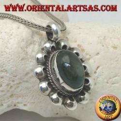 Ciondolo in argento con labradorite ovale a cabochon contornata da intreccio e dischetti traforati