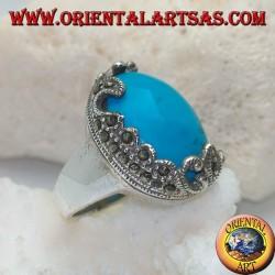 Bague en argent avec turquoise cabochon ovale et décorations avec marcassites florales d'un côté seulement