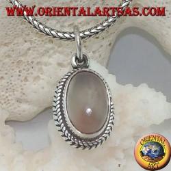 Silberanhänger mit länglichem ovalem Mondstein, umgeben von subtilen Geweben