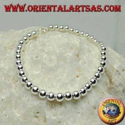 Pulsera de plata con grandes bolas colgadas de una cadena.