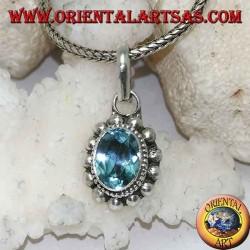 Ciondolo in argento con Topazio azzurro naturale ovale e sfaccettato contornato da file di palline piccole e grandi