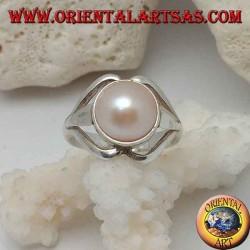 Silberring mit natürlicher Perle in der Mitte zwischen den Lippenlinien