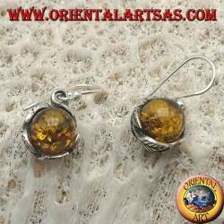 Boucles d'oreilles en argent avec sphère d'ambre naturelle entre les feuilles
