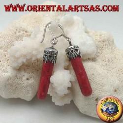 Boucles d'oreilles en argent avec un cylindre de madrepora rouge (corail) attaché à une couronne décorée