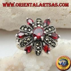 Anello in argento fiore a 12 petali di granati incastonati e marcassite alternati e granato tondo centrale