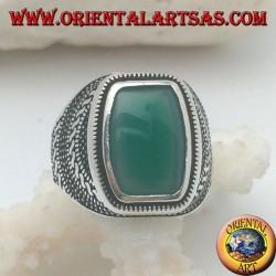 Anello in argento con agata verde rettangolare bombata in un rosone di palline e intrecci