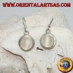 Серебряные серьги с круглым кабошоном из лунного камня на гладкой двухстрочной оправе