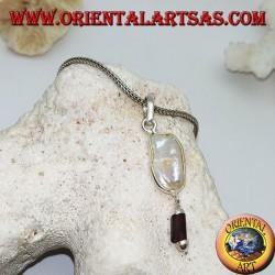 Ciondolo in argento con perla scaramazza e pendente a prisma di granato