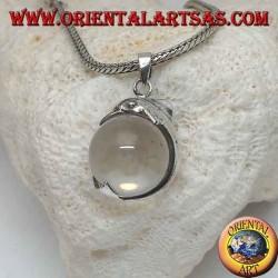Pendentif dauphin en argent accroché à une sphère de cristal de roche