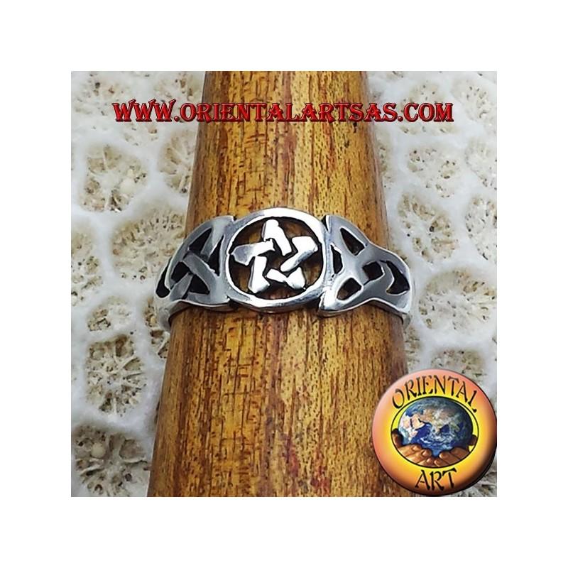 Anello pentacolo con nodo celtico in argento